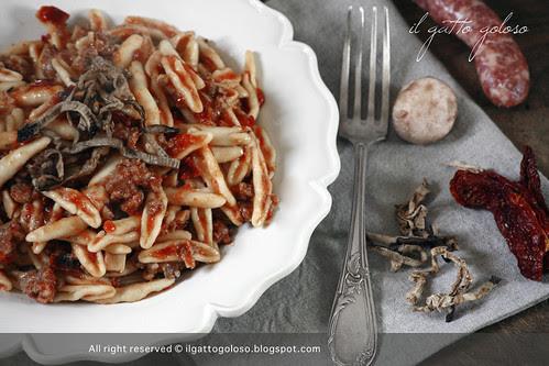 foglie ulivo salsiccia, funghi, pomodori secchi e melzanzane essicate