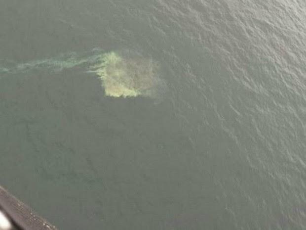Mancha de óleo auxiliou na localização dos destroços (Foto: BOACBM/Divulgação)