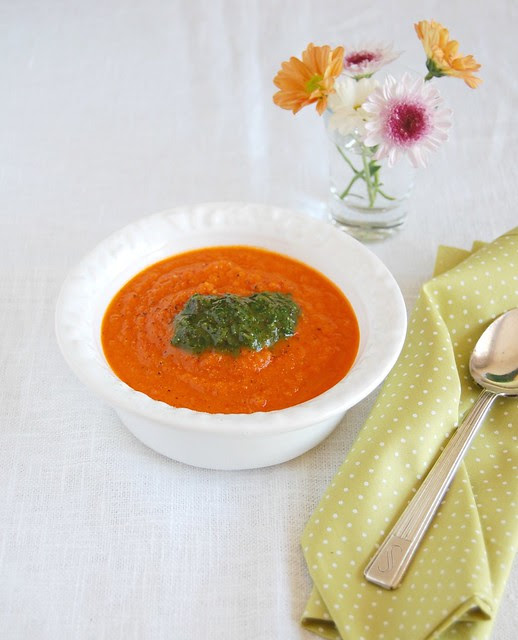 Roasted tomato soup with pesto / Sopa de tomates assados com pesto