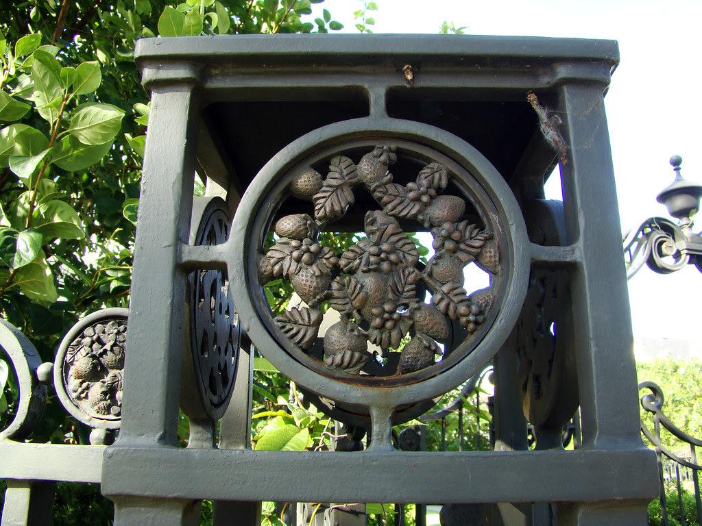 DSC02002 Acorn cast iron fence detail