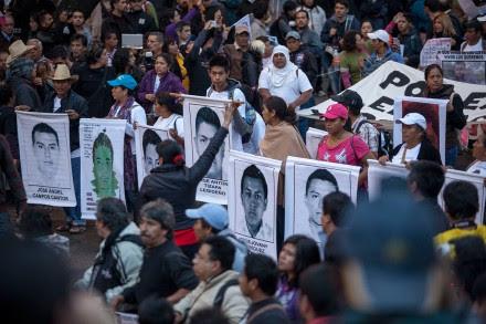 Familiares de los normalistas desaparecidos protestan en la Ciudad de México. Foto: Alejandro Saldívar