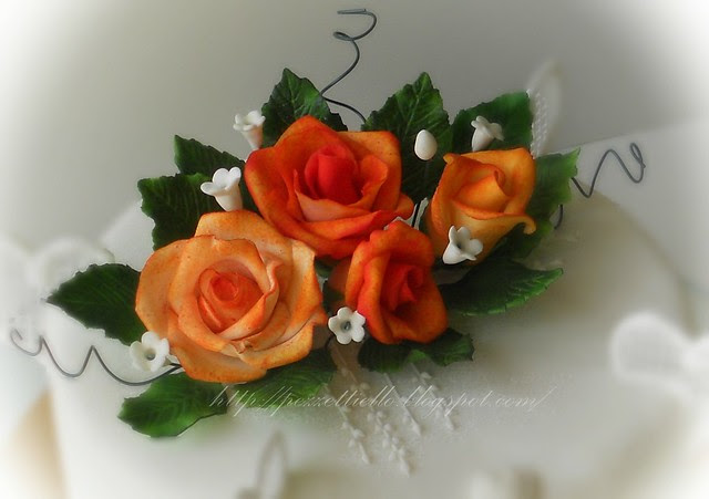 Torta con rose arancio e cuori, coperta in pasta di zucchero setosa, decori in ghiaccia real