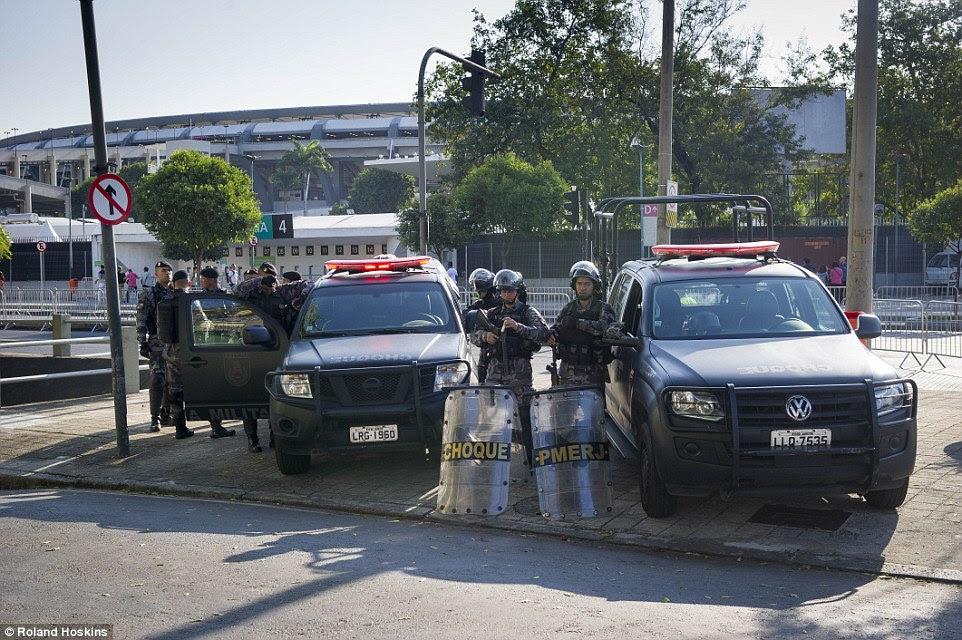 Trancado e carregado: Os membros da Polícia Militar do Estado do Rio de Janeiro que se especializam em ordem pública estão em guarda fora do Maracanã