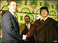 Sögulegt handtak í Líbýu - Tony Blair og Moammar Gaddafi heilsast