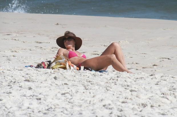 Christine Fernandes na praia da Barra da Tijuca  (Foto: Dilson Silva / Agnews)