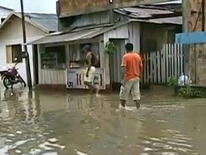 Várias ruas de Itacoatiara (AM) estão tomadas pelas águas (Foto: Reprodução/TVAM)