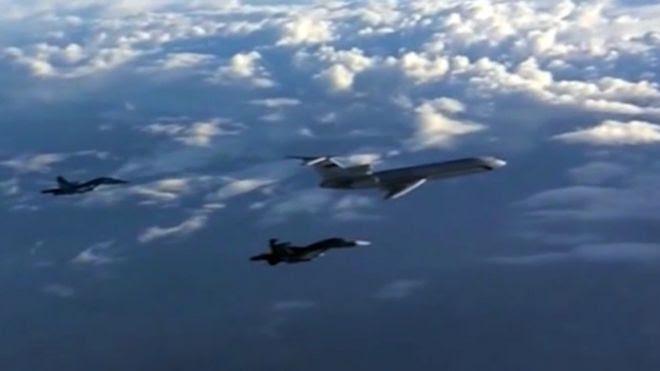 Foto de arquivo de um Tu-154 russo escoltado por bombardeiros Su-34
