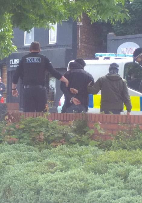 Oficiais armados prenderam um homem no sul de Manchester hoje com a polícia dizendo que a ação estava ligada ao ataque