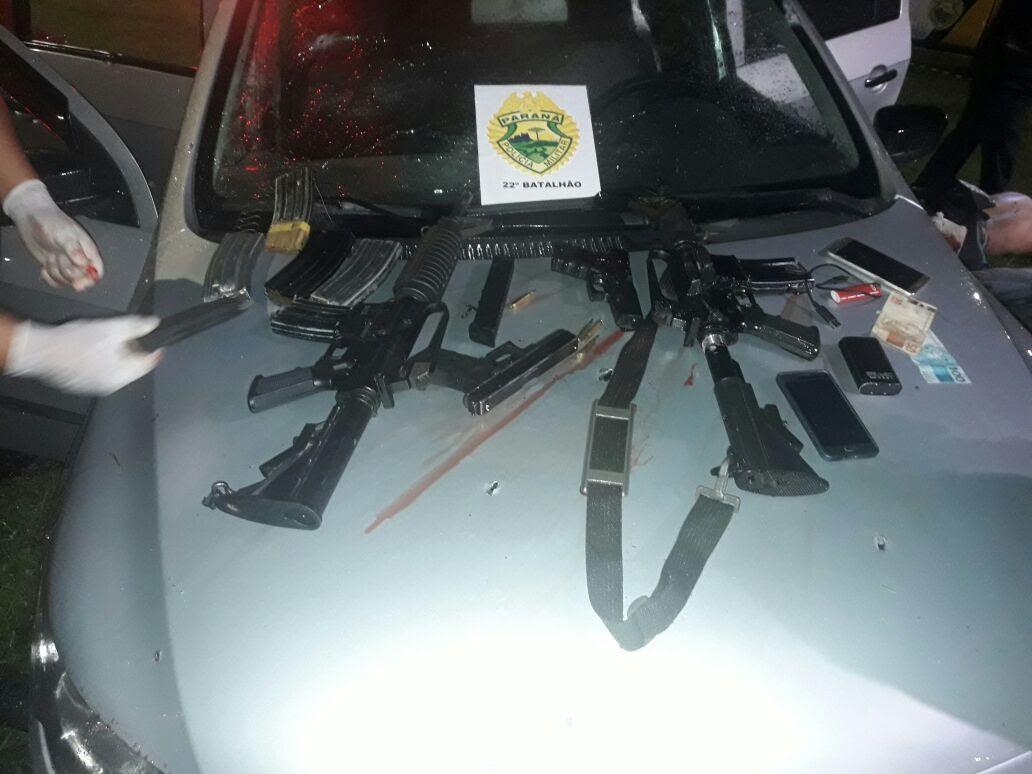 Dois fuzis e duas pistolas foram aprendidos. Bandidos também estavam com vários carregadores. Foto: Colaboração.