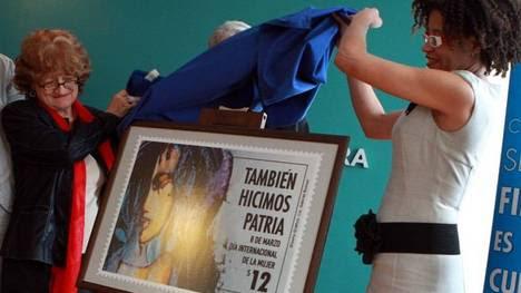 """URUGUAY. Presentación de un sello que recuerda a las grandes mujeres de la historia que se compone de la figura de una mujer """"de todas las razas"""" y el lema """"También hicimos patria"""". (EFE)"""