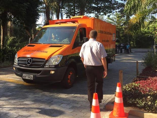 Carro da Defesa Civil chega no local para retirar os corpos da família (Foto: Cristina Boeckel / G1)