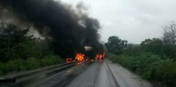 BR-364 é interditada após caminhões baterem e pegarem fogo