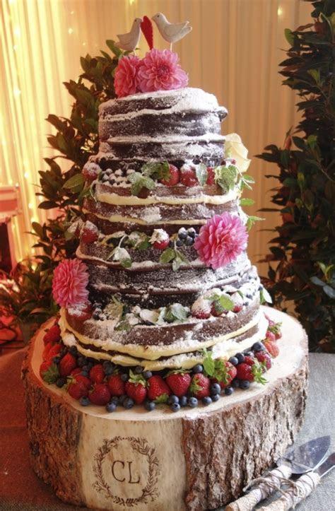 Grosse pièce montée de gâteaux au chocolat accompagné de