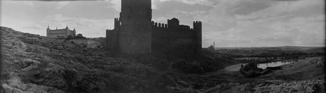 Panorámica de Toledo en 1921 desde el cerro del Castillo de San Servando. Fotografía de José Regueira. Filmoteca de Castilla y León. RESEP-149
