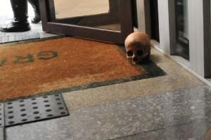 Crânio é deixado em porta de prédio na av. Paulista