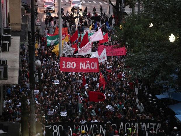 Manifestantes seguem caminhada contra aumento da tarifa do transporte público (Foto: Marcelo Brandt/G1)