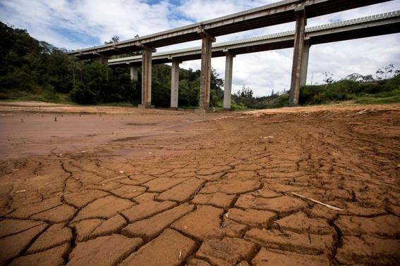 A view of the nearly dry lake behind the Nazare Paulista dam, part of the Cantareira water system that provides greater Sao Paulo with most of its water, in Nazare Paulista is pictured in this September 25, 2014 file photo.  REUTERS-Roosevelt Cassio-Files