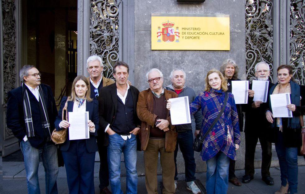 Artistas manifestándose en el Ministerio de Cultura