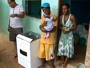 Família de catador de materiais ganhou fogão na Bahia (Foto: Reprodução TV Bahia)