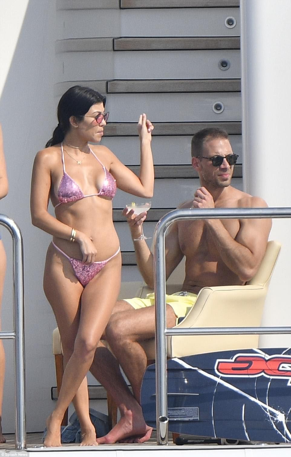 Woah mama!  Kourtney parecia incrível em seu bikini mal-lá - que tirou o máximo de sua forma inteira (foto com Simon Huck)