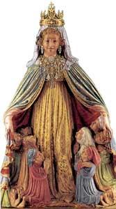 A imagem de Nossa Senhora do santuário do Monte Berico: a tradição a atribui à mão de Nicolau de Veneza. Foi esculpida entre 1428 e 1430 e depositada sobre o altar-mor desde as origens do santuário. Foi coroada em 25 de agosto de 1900 pelo patriarca de Veneza Giuseppe Sarto, futuro papa São Pio X. Depois de uma série de tentativas de furto, a cabeça da imagem passou a ostentar uma cópia da coroa original; acima, o altar-mor e o nicho que abriga a imagem de Nossa Senhora