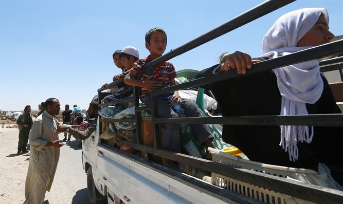 Civilians flee Syria's Manbij