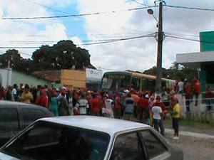 Manifestantes do MST ocupam a frente da Prefeitura de Extremoz, no RN (Foto: Rodrigo Couceiro/Arquivo Pessoal)