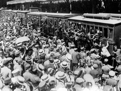 Tropas españolas suben al tren rumbo a Marruecos en 1925.