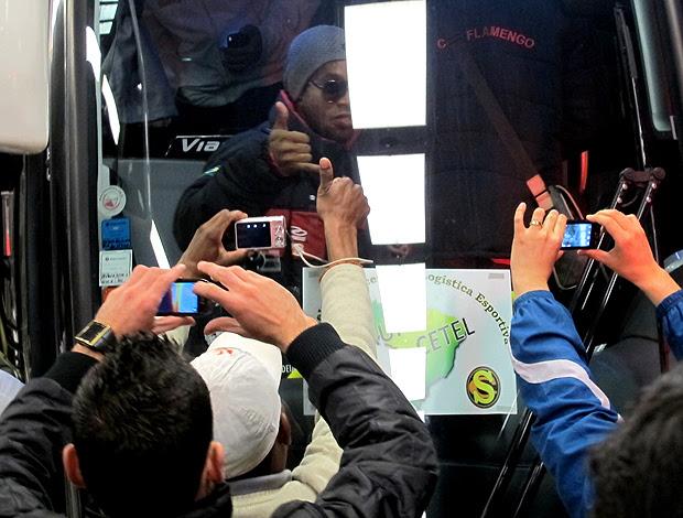 Ronaldinho gaucho flamengo desembarque curitiba (Foto: Janir Júnior / Globoesporte.com)