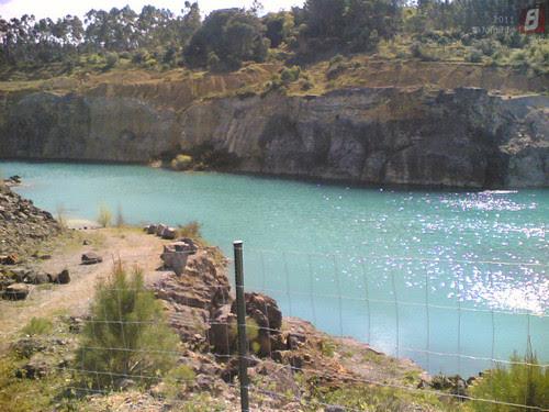 A água do lago na pedreira de Maiorca