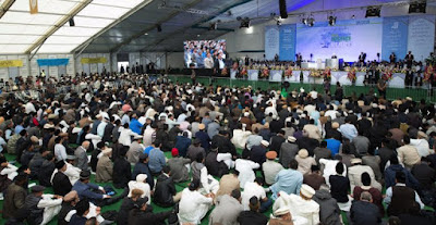 UK: Ahmadiyya's Caliph calls for Muslims to reject extremism and terrorism as UK Islamic convention concludes