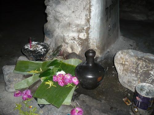 Tugu tempat pemujaan di dalam Goa
