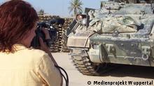 Një bashkëpunëtore e Projektit Medial Wuppertal gjatë xhirimeve për dokumentarin Përshëndetje luftë në 2003.