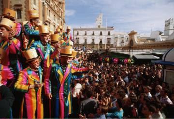 Una agrupación callejera durante una actuación en la plaza de Abastos, en Cádiz.