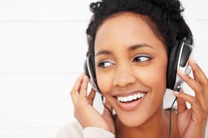 写真:音楽を聴く