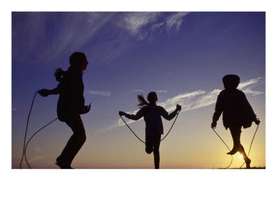 http://desastretotal.files.wordpress.com/2008/03/631627siluetas-de-ninos-saltando-a-la-cuerda-posteres.jpg
