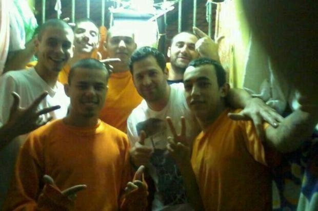Sete detentos fazem pose para auto-retrato em cela  (Foto: Arquivo Pessoal)
