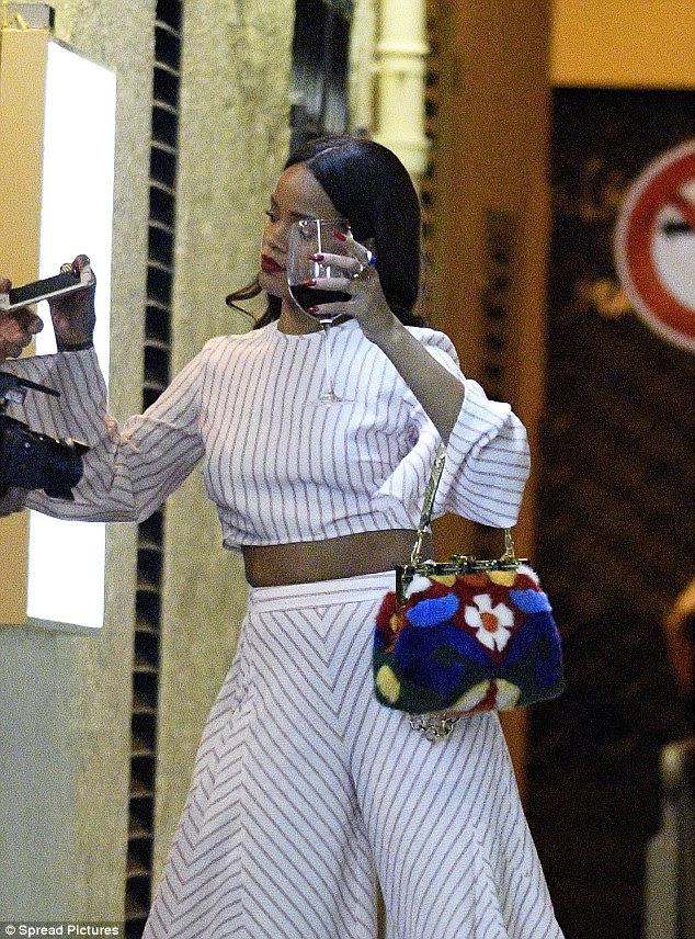 Frantic em França: Ela foi vista na rua como dois guarda-costas girava em torno dela, levá-la para outro local
