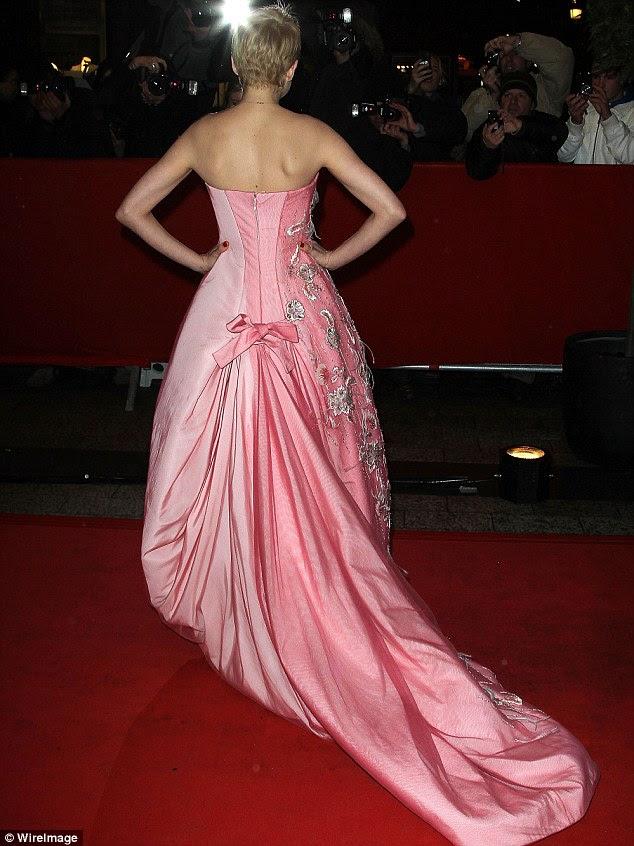 Suntuoso: O vestido maravilhoso apresentou um trem de dois tons de rosa e arco delicado