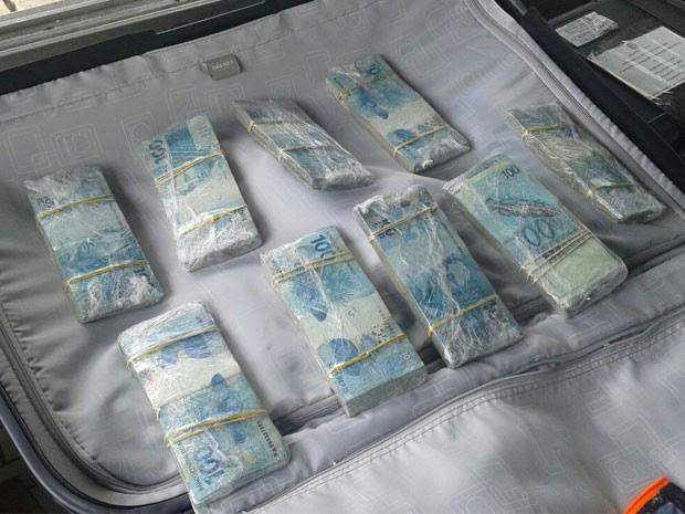 Dinheiro estava com o português durante a abordagem policial (Foto: Nucom/PRF)