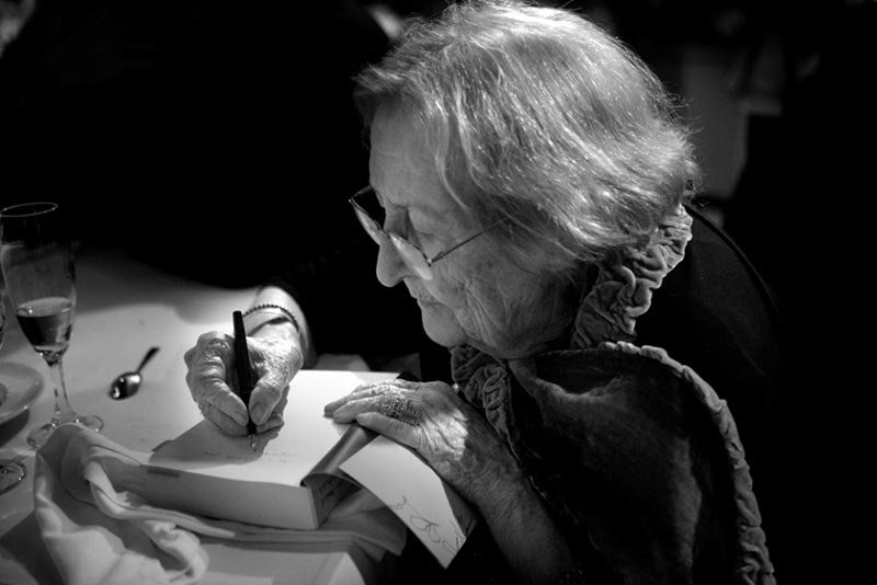 http://josepbargallo.wordpress.com/2014/03/14/montserrat-abello-la-paraula-nua-dia-mundial-de-la-poesia-2014/
