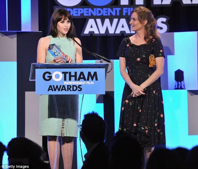 Homenageado: Felicity Jones levou o prêmio de Ator Revelação por seu papel em como louco, retratado no palco receber o prêmio de Melissa Leo