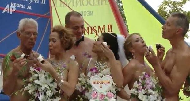 Nove casais casaram nus em um resort em Negril, Jamaica (Foto: AP)