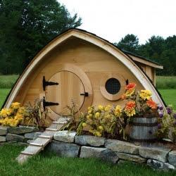 hobbit inspired chicken coop   dwellinggawker