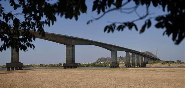 Banco de areia sobre ponte em Bom Jesus da Lapa, na Bahia, altera a paisagem do rio, que recuou com a escassez das chuvas (Gladyston Rodrigues/EM/D.A Press)