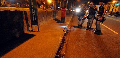 Policiais revistam local onde o colega foi baleado / Foto: Clemilson Campos/JC Imagem