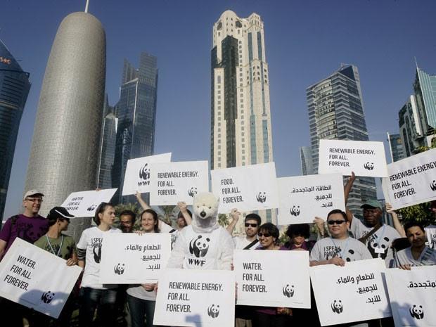 Ativistas ambientais caminharam neste sábado (1º) pelas ruas de Doha, no Qatar, durante protesto que pede a países mais atitude nas negociações climáticas da ONU que acontecem na cidade asiática desde a última segunda-feira. Na foto, manifestantes se vestiram de urso polar (Foto: Osama Faisal)
