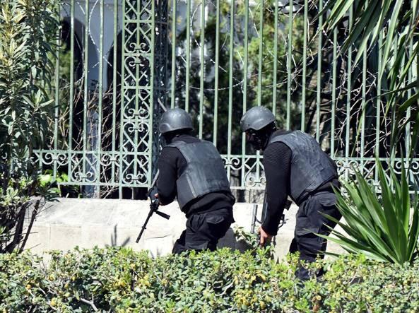 Agenti di sicurezza tunisini all'esterno del museo del Bardo (Afp)