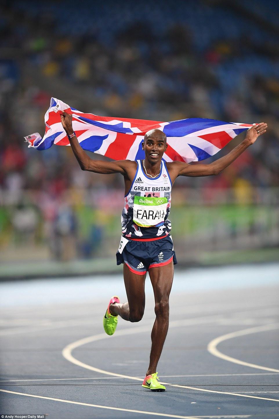 """Farah carrega uma Union Jack no colo de honra depois de completar um """"double double ', tendo o ouro nos 5.000m"""