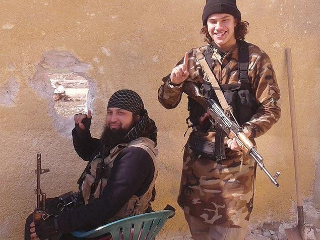 Brian de Mulder (à dir.), belga nascido de mãe brasileira, em fotografia ao lado do líder terrorista Hicham Chaïb, na Síria